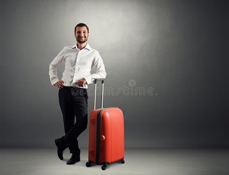 Mężczyzna z walizką w ciemnym pokoju zdjęcia royalty free