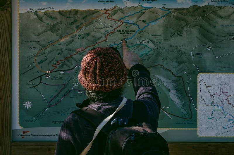 Mężczyzna z woolen plecakiem i kapeluszem wskazuje wycieczkowicz trasę na mapie region Murcia obrazy royalty free