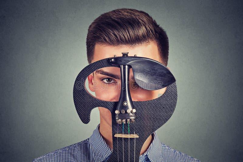 Mężczyzna z współczesną skrzypcową patrzeje kamerą zdjęcia royalty free