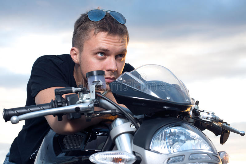 Mężczyzna z zażartym spojrzeniem opierał na kierownicie jego rower zdjęcia royalty free