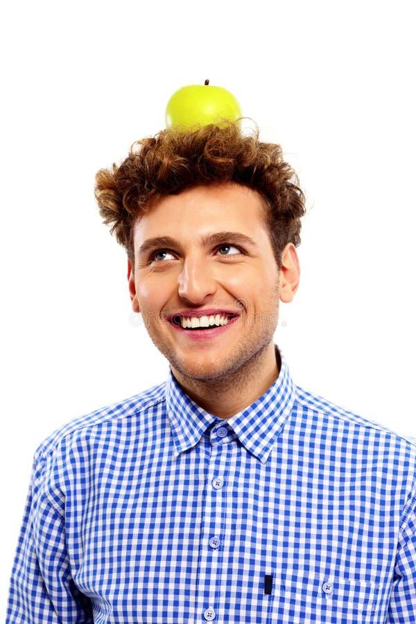 Mężczyzna z zielonym jabłkiem na jego głowie fotografia royalty free