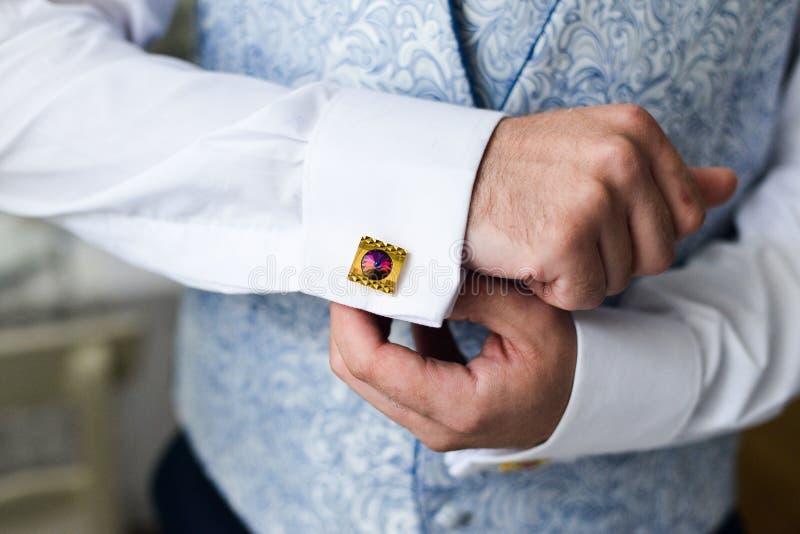 Mężczyzna załatwia jego cufflink w tux obrazy royalty free