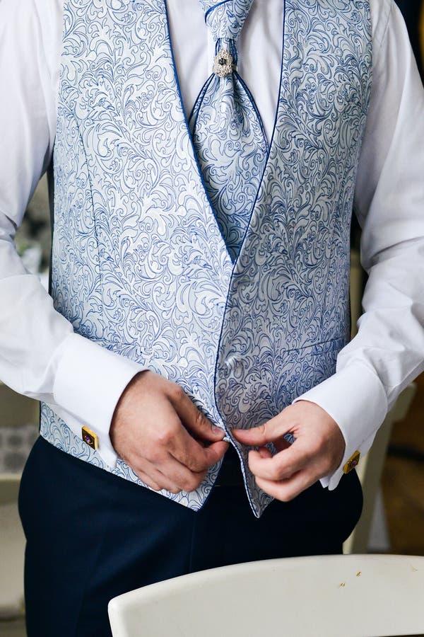 Mężczyzna załatwia jego cufflink w tux fotografia royalty free