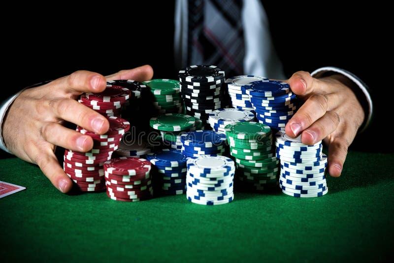 Mężczyzna zakłada się na kasynie zdjęcia royalty free