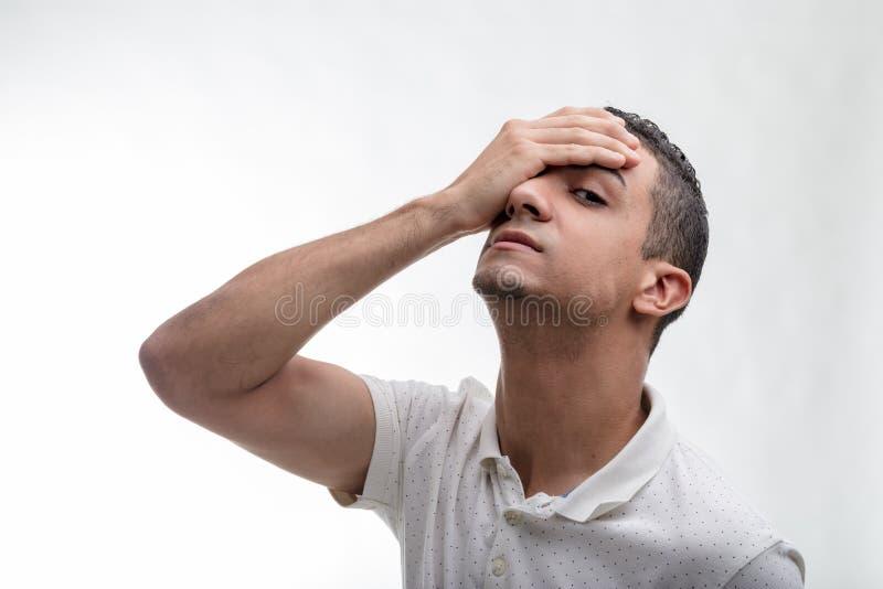 Mężczyzna zakrywa jeden oko z jego ręką zdjęcie royalty free