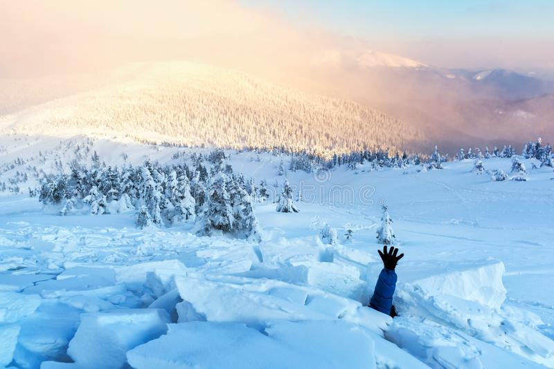 Mężczyzna zakrywający z śnieżną lawiną obraz stock