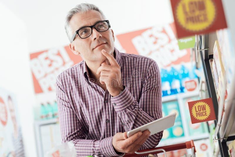 Mężczyzna zakupy przy sklepem obrazy royalty free