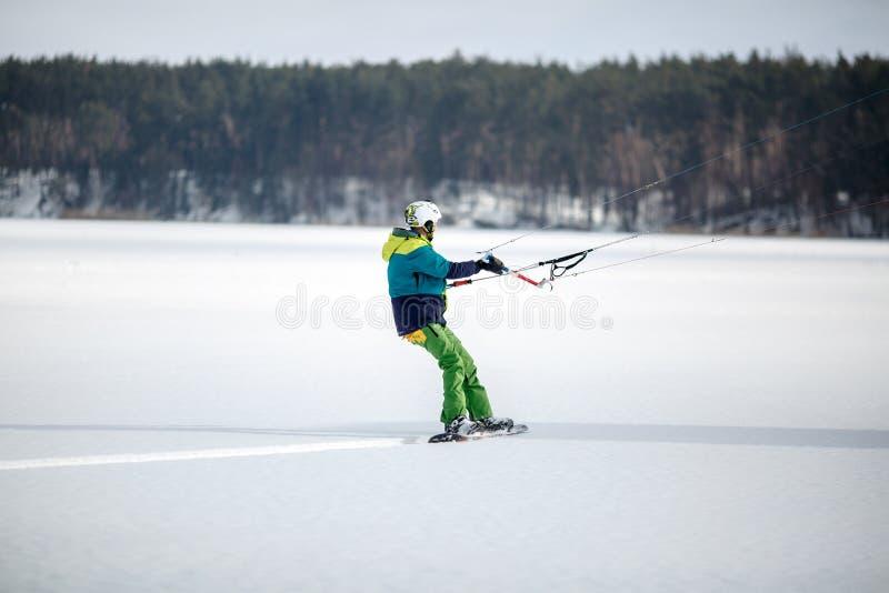 mężczyzna zamarznięta kiting jeziorna narta obraz stock