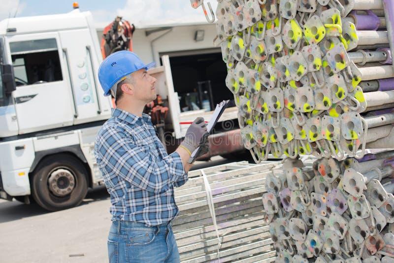 Mężczyzna zauważa kolory kodujących szafotów słupy obrazy royalty free