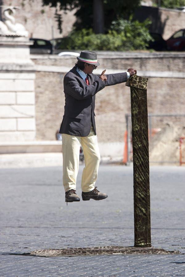 Mężczyzna zawieszający w lotniczym (wykonawca) zdjęcia royalty free