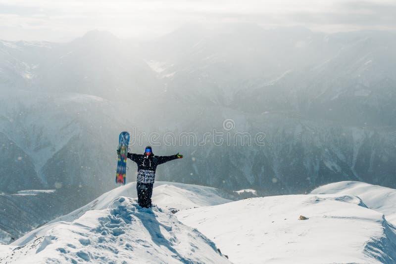 Mężczyzna zegarek z snowboard wyposażeniem i pobyt obrazy royalty free