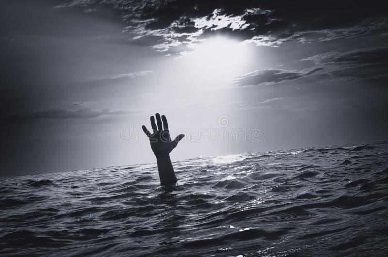 Mężczyzna zlew w wodzie obrazy stock