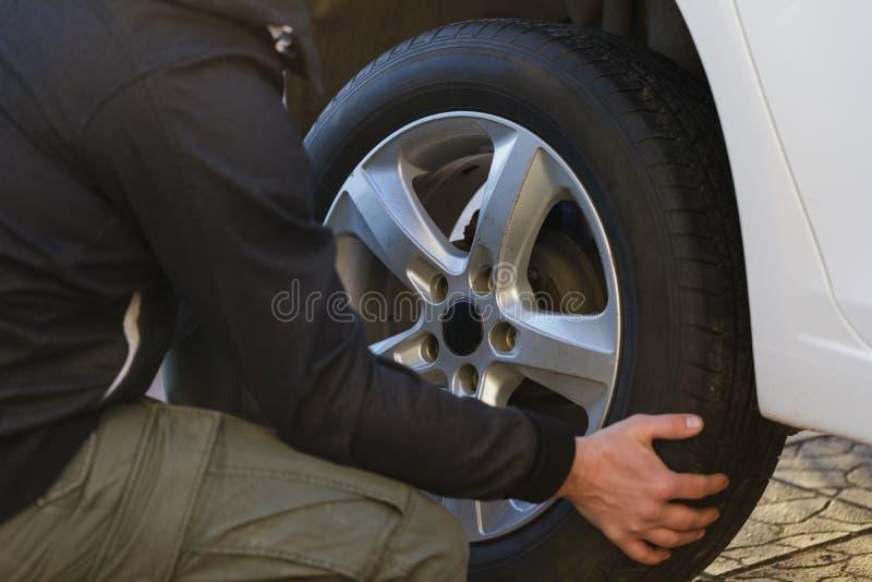 Mężczyzna zmienia koło w samochodzie fotografia royalty free