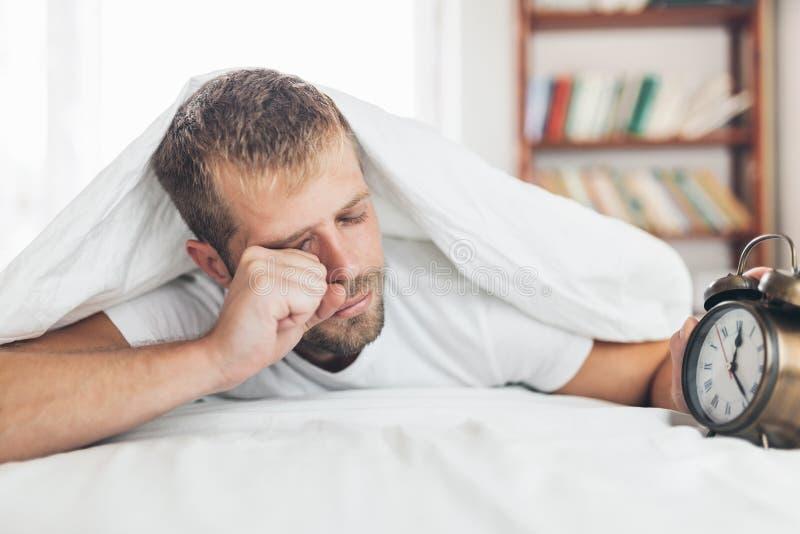 Mężczyzna znajduje mnie trudnego budził się w ranku zdjęcie royalty free