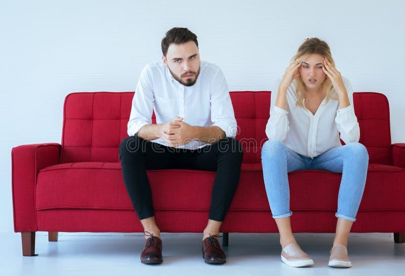 Mężczyzny bełt z kobieta konfliktem i nudziarstwo dobieramy się w domu, Negatywne emocje, kopii przestrzeń dla teksta, Rodzinni z fotografia stock