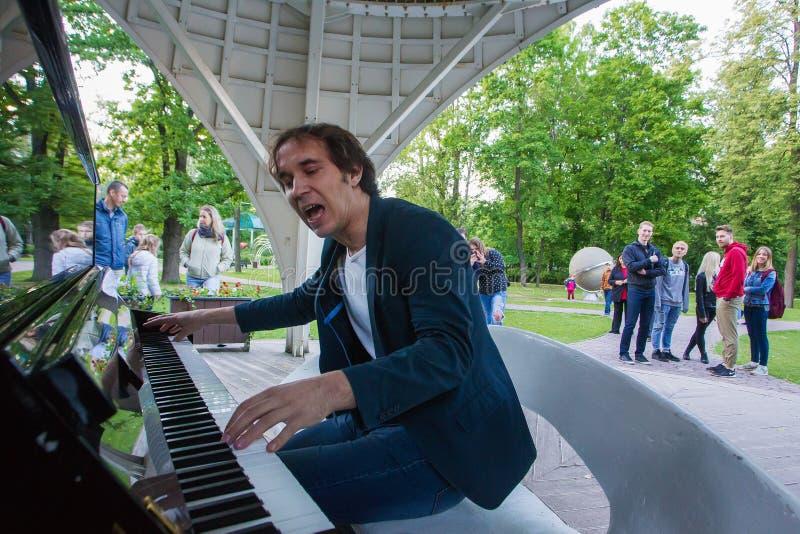 Mężczyzny bezpłatny bawić się pianino fotografia royalty free