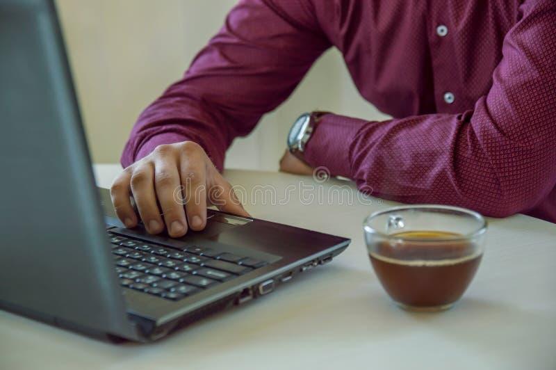 Mężczyzny biznesmen pracuje za laptopem i pije kawę Praca w biurze Biznes freelancer Praca w domu fotografia stock
