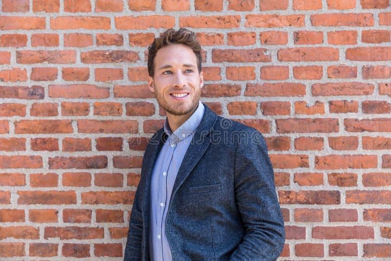Mężczyzny biznesmena fachowy portret Mądrze przypadkowy miastowy biznesowego mężczyzny ono uśmiecha się szczęśliwy przy budynku b obraz royalty free