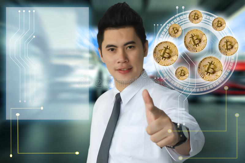 mężczyzny biznesu tecnology kawałka palcowa wskazuje moneta w rozmytym samochodzie fotografia stock
