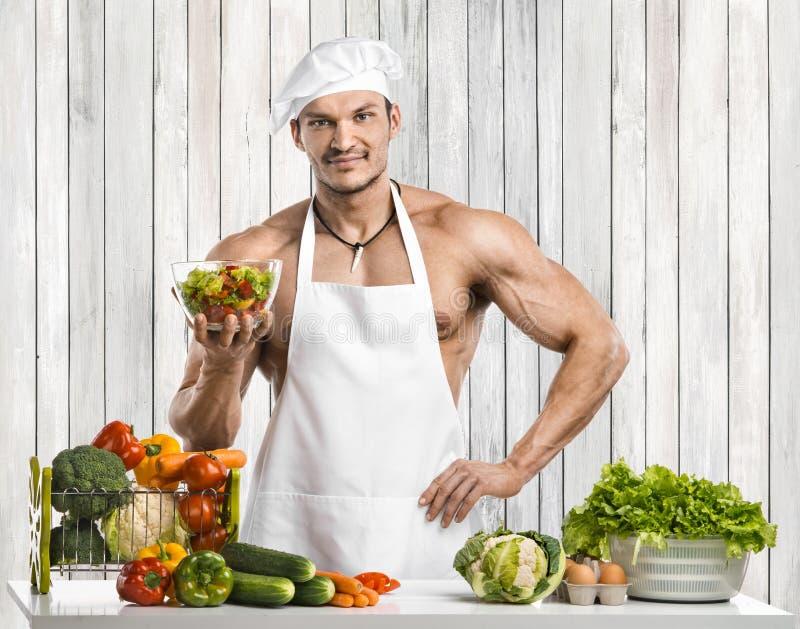 Mężczyzny bodybuilder na kuchni obrazy stock