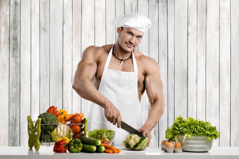 Mężczyzny bodybuilder na kuchni zdjęcie royalty free