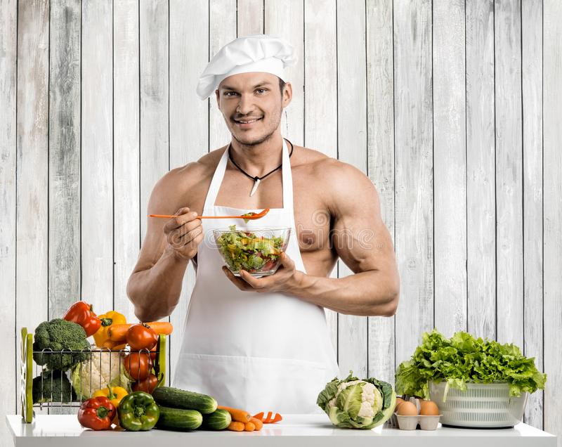 Mężczyzny bodybuilder na kuchni fotografia royalty free