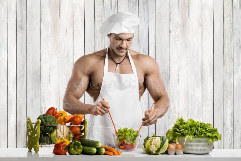 Mężczyzny bodybuilder na kuchni zdjęcie stock