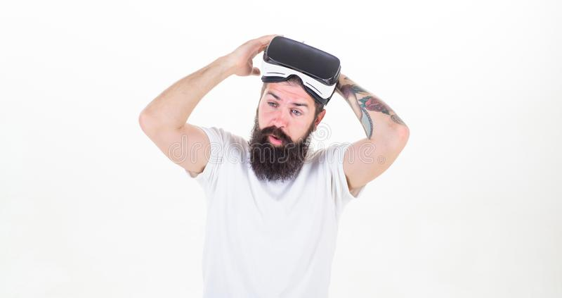 Mężczyzny brodaty modniś zdejmuje VR szkieł bielu tło Imponujący rzeczywistością wirtualną Facet z głowa wspinającym się pokazem obrazy royalty free