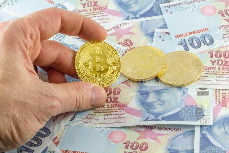 Mężczyzny chwyta bitcoin nad tureckimi banknotami obrazy royalty free