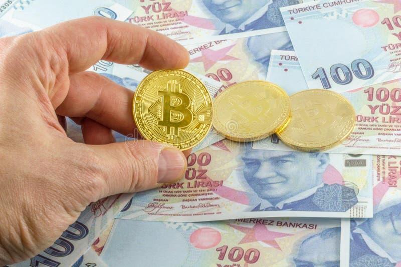 Mężczyzny chwyta bitcoin nad tureckimi banknotami zdjęcia stock