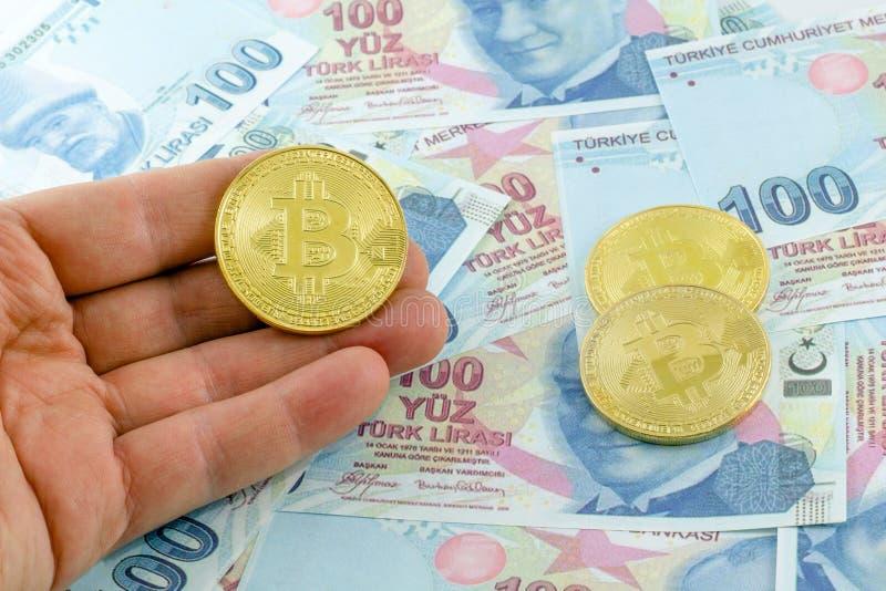 Mężczyzny chwyta bitcoin nad tureckimi banknotami zdjęcie royalty free