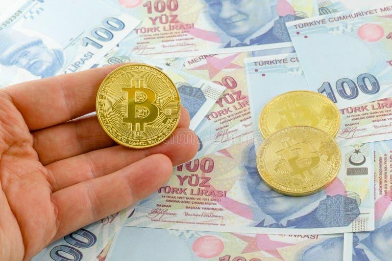 Mężczyzny chwyta bitcoin nad tureckimi banknotami obraz royalty free