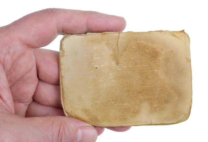 Mężczyzny chwyty w jego ręce prześcieradło yellowed stary papier od antycznego notatnika odizolowywał zdjęcie stock