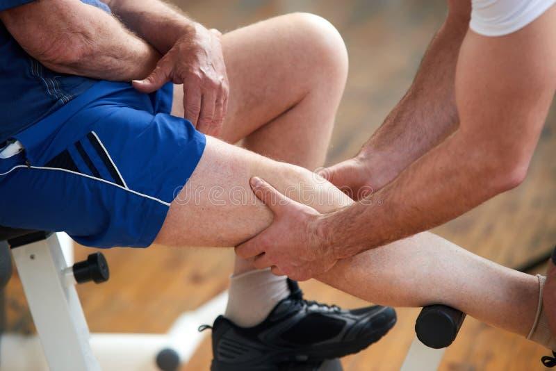 Mężczyzny cierpienie od bólu w nodze po sporta ćwiczenia obraz stock