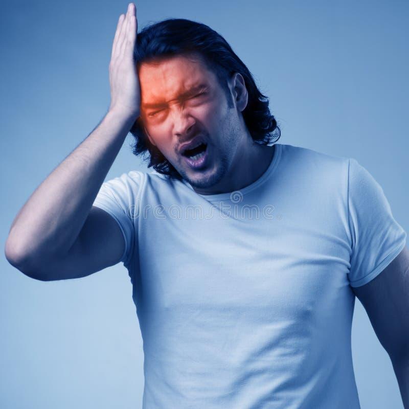 Mężczyzny cierpienie od ostrej migreny zdjęcia royalty free