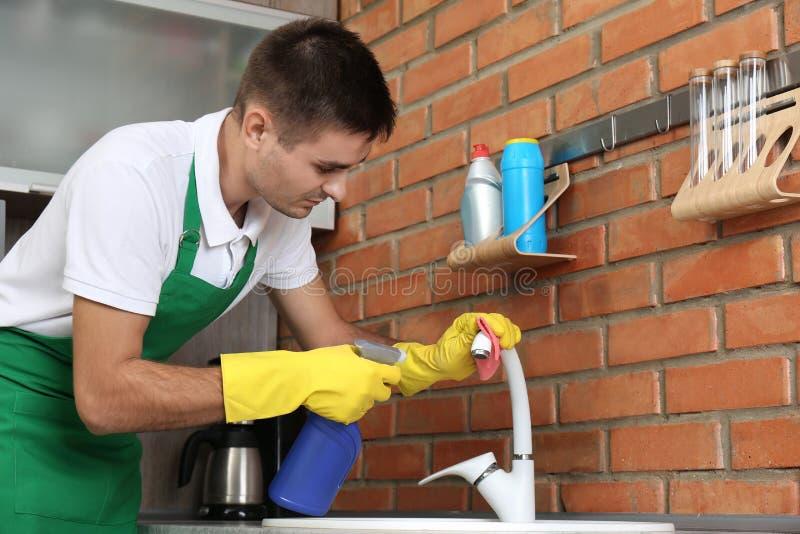 Mężczyzny czyści klepnięcie z łachmanem zdjęcie royalty free