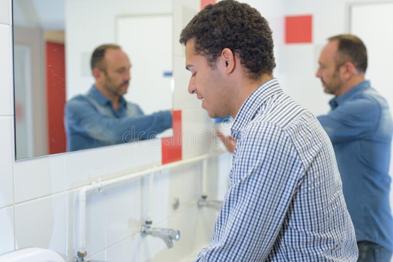 Mężczyzny domycia ręk toaleta publicznie obraz stock