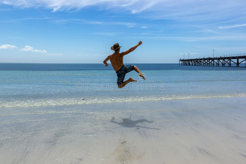 Mężczyzny doskakiwanie na Tropikalnej Białej piasek plaży Australia obraz royalty free