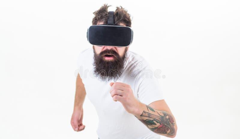 Mężczyzny gamer VR szkieł bielu brodaty tło Rzeczywistości wirtualnej gry pojęcie Cyber sport Facet z głowa wspinającym się pokaz zdjęcie royalty free