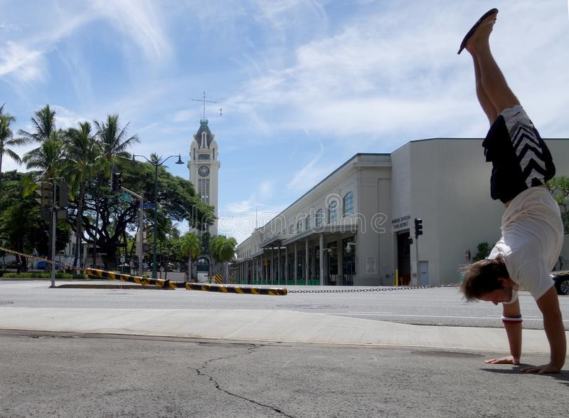 Mężczyzny Handstand przed wierza Aloha fotografia stock