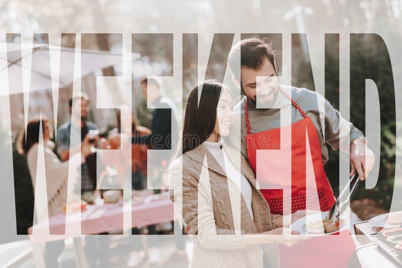 Mężczyzny I kobiety grilla grill Na Weekendowym wakacje obraz royalty free