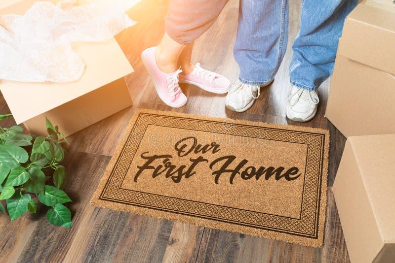 Mężczyzny i kobiety odpakowanie Blisko Nasz Pierwszy Domowej Mile widziany maty, Ruszający się pudełka i rośliny zdjęcie royalty free