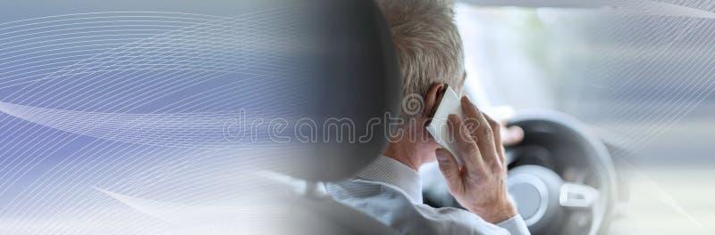 Mężczyzny jeżdżenie i telefonowanie; panoramiczny sztandar obraz royalty free
