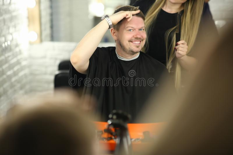 Mężczyzny klient Pokazuje ostrzyżenie styl w piękno salonie obraz royalty free