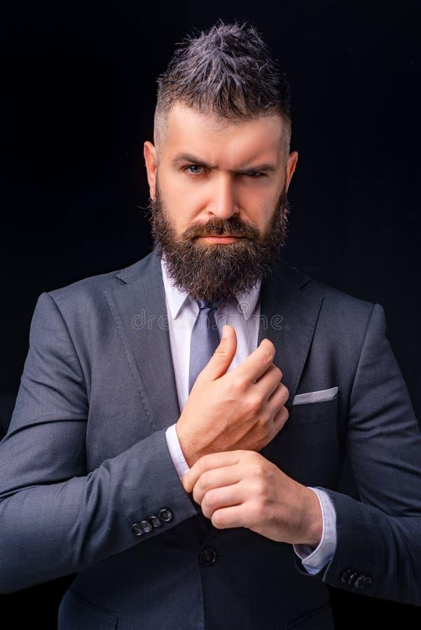 Mężczyzny kostiumu moda Spotykać kostium Biznesmen w zmroku popielatym kostiumu Mężczyzna w klasycznym kostiumu, koszula i krawac zdjęcia stock