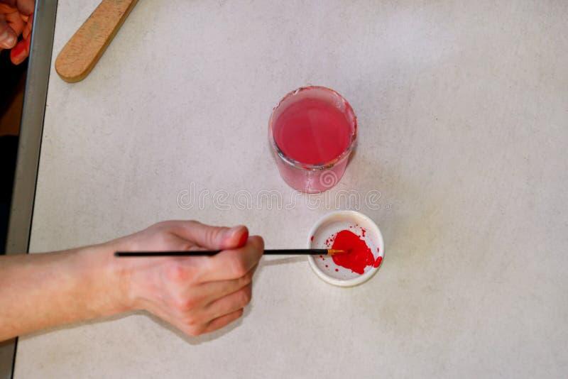Mężczyzny malarz miesza kolory zanim malujący przy sztuki farby studiiem Artysta w jego ręki mienia paintbrush mieszał kolor nafc zdjęcia royalty free