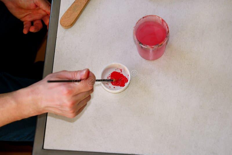 Mężczyzny malarz miesza kolory zanim malujący przy sztuki farby studiiem Artysta w jego ręki mienia paintbrush mieszał kolor nafc obraz royalty free