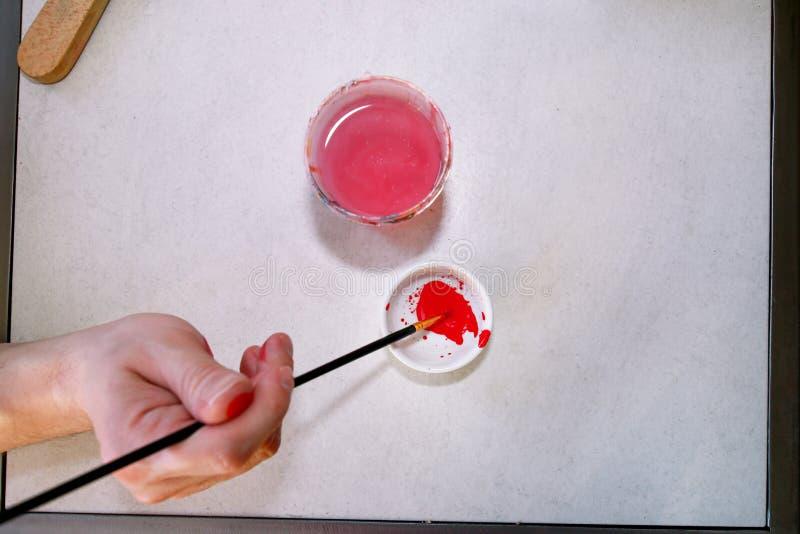 Mężczyzny malarz miesza kolory zanim malujący przy sztuki farby studiiem Artysta w jego ręki mienia paintbrush mieszał kolor nafc fotografia royalty free