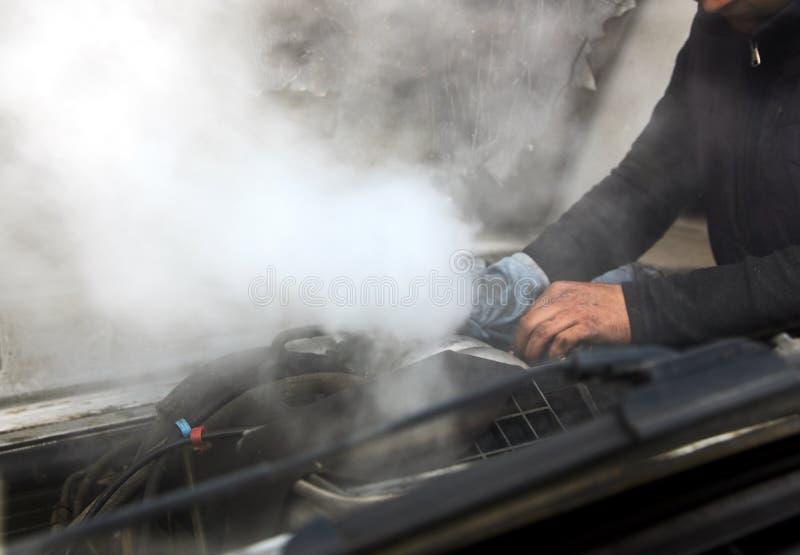 Mężczyzny mechanika naprawa dymienie silnik jego przegrzany samochód zdjęcie royalty free