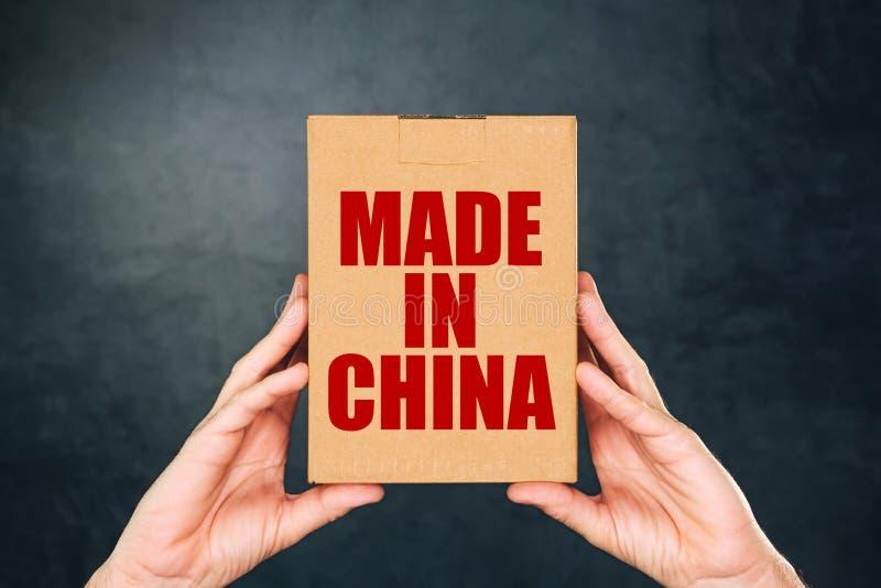 Mężczyzny mienia karton z Robić w Chiny zdjęcie royalty free